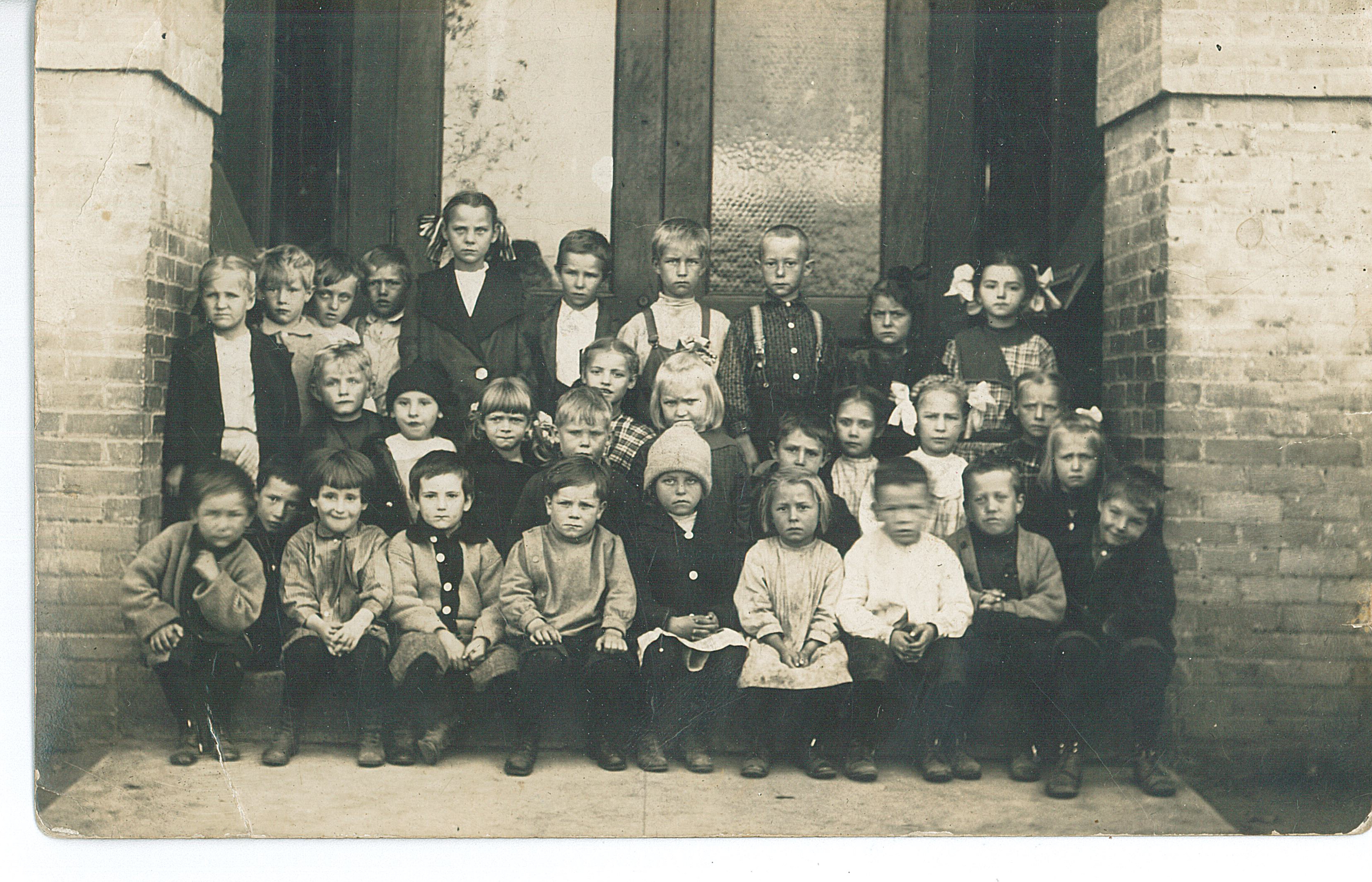 Second grad class photo, Lincoln Elementary School, Little Falls, MN, 1914. MCHS Collections #2017.74.1.