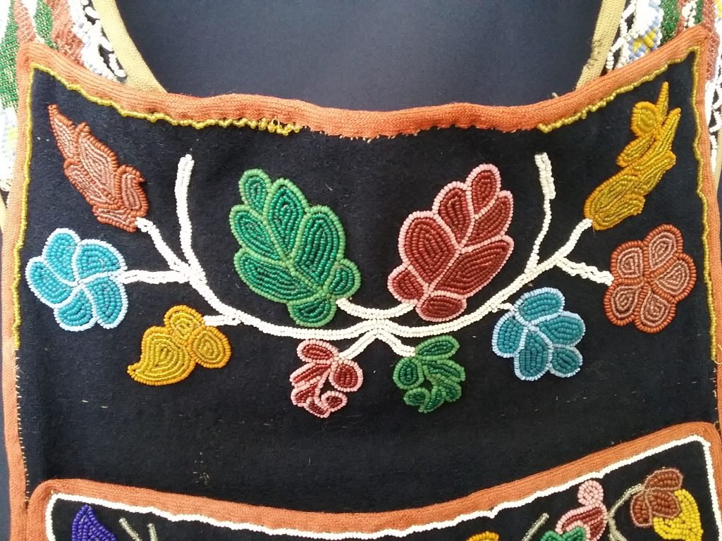 Detail of spot-stitched applique above pouch on Ojibwe gashkibidaagan owned by Nathan Richardson. MCHS collections, #1940.42.1.