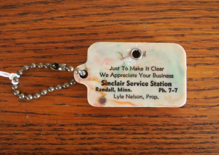 Key Chain and Coin/Token Holder (front) from Lyle Nelson's Sinclair Service Station in Randall, Minnesota, circa 1975. Morrison County Historical Society collections, 2018.50.2.